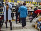 Kraków. Tłok w sklepach. W jaki sposób przestrzegane są limity klientów robiących zakupy? [ZDJĘCIA]
