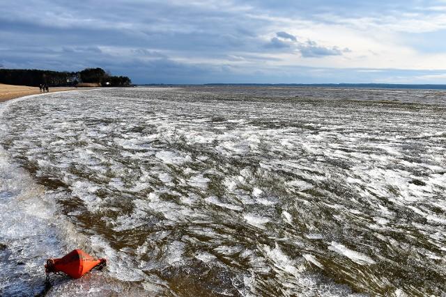 Turawa. Lód pokruszony przez wiatr na Jeziorze Dużym