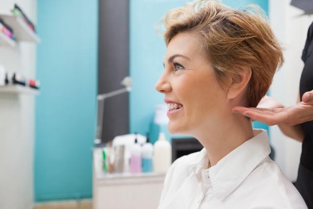 Marzy ci się krótka fryzura, ale boisz się drastycznej metamorfozy? Niech odwaga innych kobiet zainspiruje cię do zmiany. Zobacz niezwykłe przemiany na kolejnych zdjęciach --->