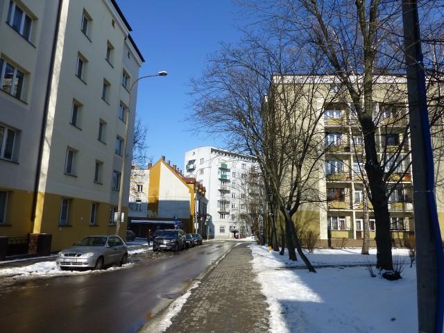 Białostockie bloki mieszkalneObecnie na rynku wtórnym nieruchomości jest wyjątkowo duża liczba mieszkań na sprzedaż – średnio o 30% a nawet do 50% większa niż przed rokiem. Ceny są natomiast o 9% niższe niż w lutym 2012.