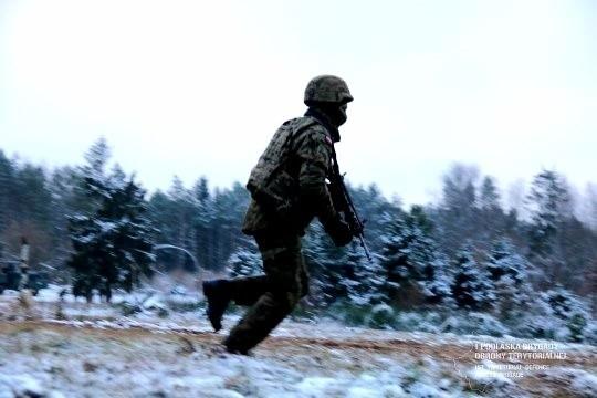 Strzelanie, pompki, biegi, ratowanie żołnierza z pola walki - pętla taktyczna. Zobacz jak wyglądało szkolenie terytorialsów (zdjęcia)