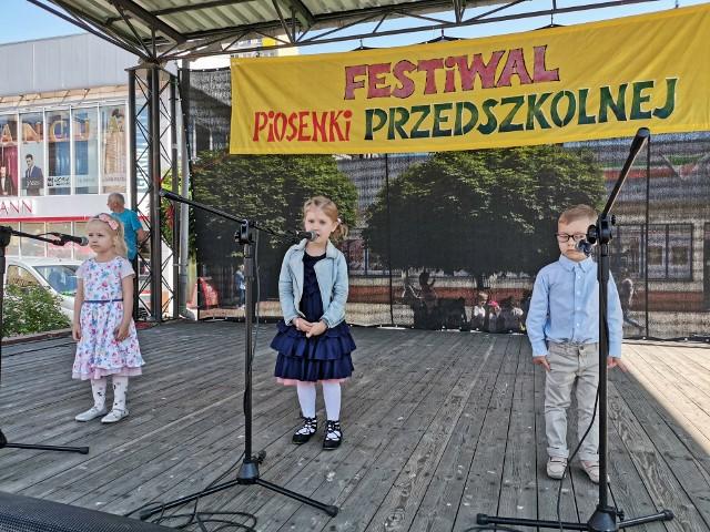 Ostrołęka. Festiwal Piosenki Przedszkolnej na scenie przy Kupcu.
