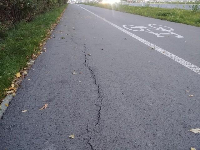 Na chodniku przy Wojska Polskiego pojawiło się uszkodzenie. Zarząd Dróg sprawdzi problem i będzie interweniował u wykonawcy.