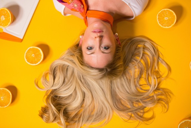 Jeżeli od jakiegoś czasu chodzi ci po głowie zmiana koloru włosów? Zastanawiasz się, w czym będzie ci dobrze? Prezentujemy 9 kolorów włosów, które nie będą pasowały wszystkim typom urody.