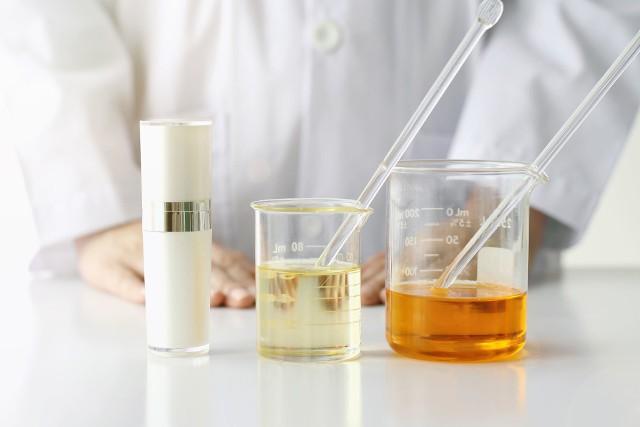 W ostatnich latach kwasy i inne syntetyczne składniki kosmetyczne zyskały na popularności. Nadają się idealnie w celu regeneracji, pozbycia się przebarwień, płytkich zmarszczek, a także leczenia trądziku. Zabiegi na ich bazie możesz z powodzeniem wykonać w profesjonalnym salonie kosmetycznym lub w domu. Ponadto coraz częściej producenci kosmetyków oferują gotowe produkty o różnym stężeniu kwasów. Nie musisz więc być ekspertem w dziedzinie chemii, aby sprawić sobie np. kurację kwasami. Na kolejnych slajdach sprawdź najpopularniejsze i najskuteczniejsze rodzaje substancji, które możesz dobrać do rodzaju Twojej skóry.