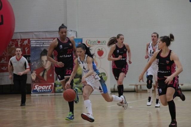 Alicja Bednarek (z piłką) w meczu z Artego zdobyła 12 punktów.