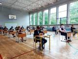 Egzamin ósmoklasisty z języka polskiego. Odwiedziliśmy szkołę podstawową w Chorzowie. Czego spodziewali się uczniowie na egzaminie?