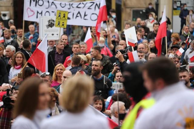Według urzędników w manifestacji wzięło udział około 300 osób
