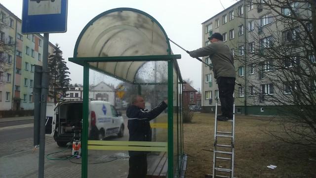 Mycie przystanku przy ulicy Mierosławskiego