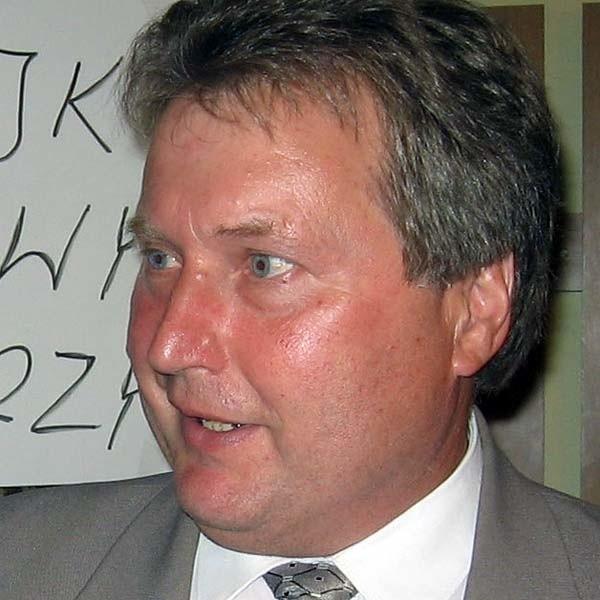 Józef Długoń ma 53 lata. Skończył prawo administracyjne na UMCS w Rzeszowie i podyplomowe studia z bankowości na WSiZ w Rzeszowie. Żonaty. Troje dzieci, w tym dwoje dorosłych.
