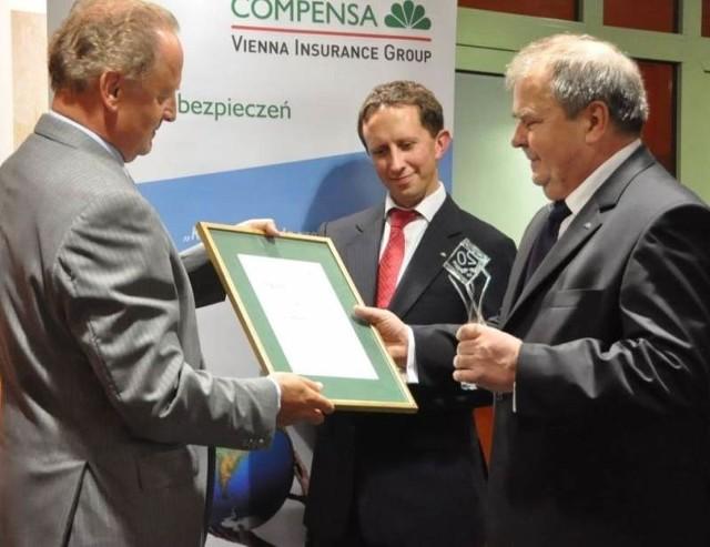 Prezes Franz Fusch wręczył pamiątkową statuetkę oraz dyplom uznania  kierownikowi koneckiej filii Zbigniewowi Rurarzowi.