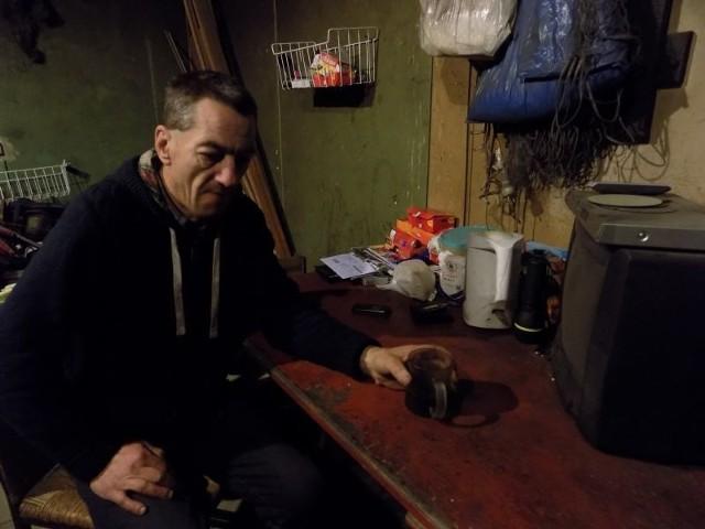 Pan Krzysztof chciałby pójść do jakiejś pracy, ale póki nie będzie miał gdzie mieszkać, nie ma na to żadnych szans.