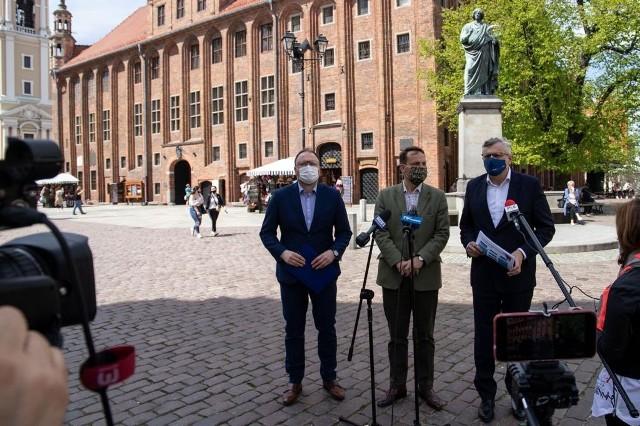 Radosław Sikorski, Tomasz Lenz i Paweł Gulewski podczas konferencji na Starówce w Toruniu apelowali o lobbystyczne wsparcie w Sejmie i Senacie kujawsko-pomorskiego zespołu parlamentarnego.