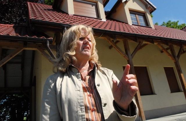 Zrozpaczona Krystyna Stolarska: - Miał tu być bar handlowo-gastronomiczny, a na górze piękna hala bilardowa dla młodzieży. I co? I teraz muszę to wszystko oddać miastu za darmo!