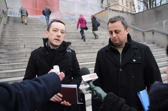 Wojciech Glensk (z lewej) i Piotr Długosz poinformowali o rejestracji stowarzyszenia podczas konferencji w grudniu na schodach kościoła Na Górce w Opolu.