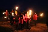 Pięknie świętowali Dzień Flagi. Nocny pochód z pochodniami i flagami przyciągnął setki mieszkańców [ZDJĘCIA]