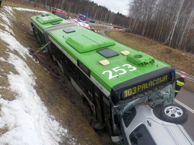 Wypadek autobusu 103 w Łyskach. Siedem osób zostało rannych