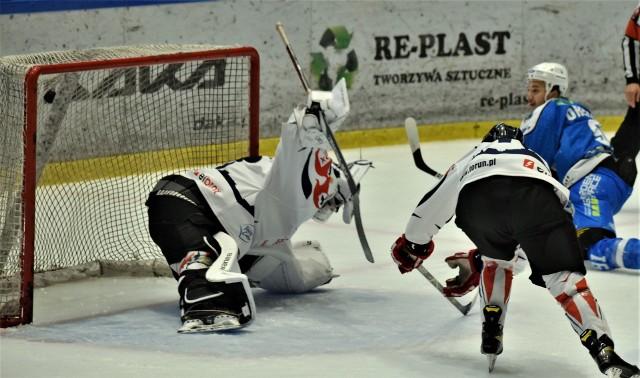 Hokejowy sparing; Re-Plast Unia Oświęcim - Energa Toruń. Na zdjęciu; Danił Oriechin strzela pierwszą bramkę dla oświęcimian. Potem było już tylko gorzej