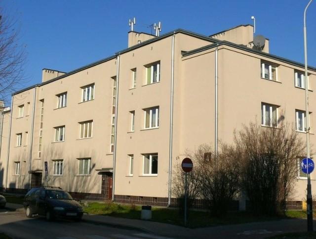 Budynek przy ulicy Dmowskiego 4Budynek przy ulicy Dmowskiego 4, pierwszy odnowiony w stylu art deco.