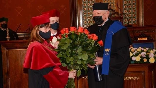 Prof. Piotr Sztompka odbiera bukiet róż