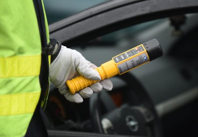 Oskarżony policjant na ul. Kawaleryjskiej zatrzymał kierowcę volkswagena golfa. Badanie wskazywało, że mężczyzna jest pod wpływem alkoholu. Zdaniem śledczych, policjant złożył kierowcy propozycję: nie zabierze prawa jazdy w zamian za 10 tys. zł.