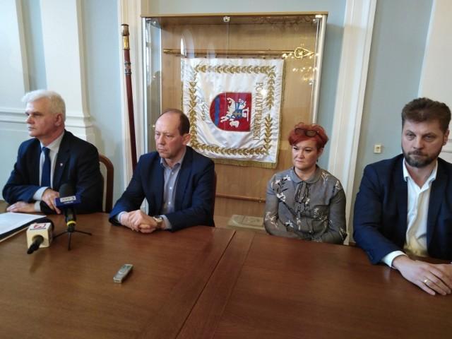 Od lewej: Leszek Gorgol, wicestarosta powiatu puławskiego i Piotr Rybak, dyrektor szpitala w Puławach