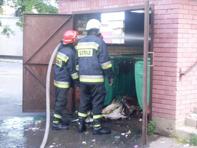 Strażacy gaszący pożar