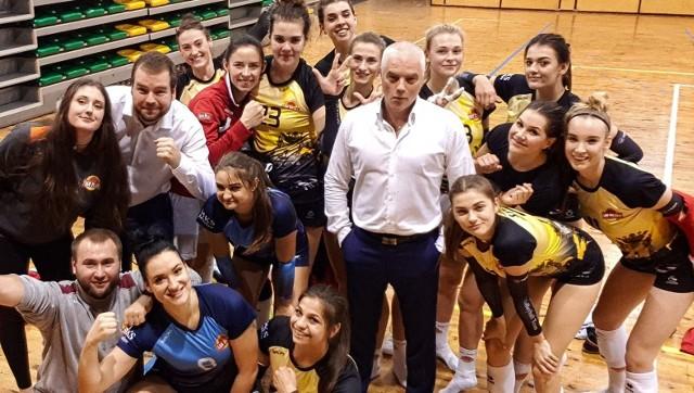 Trener Piotr Pajda ze swoją drużyną