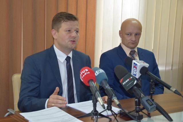 - By uniknąć kolejek, jakich spodziewamy się od wtorku, wnioski można złożyć elektronicznie - mówił wiceprezydent Radomia Jerzy Zawodnik. Po prawej - Marcin Gierczak, dyrektor MOPS.