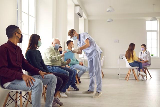 Szczepionkę przeciw COVID-19 można przyjąć m.in. w punkcie szczepień, zakładzie pracy czy aptece, a od września – również w szkole.