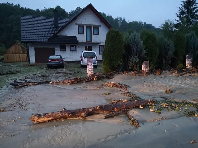 Po niedzielnych intensywnych opadach deszczu, w nocy woda wystąpiła z koryt oraz przepustów i zalała posesje, a także wdarła siędo domów w gminie Dubiecko koło Przemyśla.