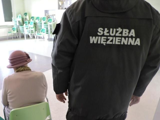 Matka próbowała przemycić narkotyki dla syna osadzonego w Zakładzie Karnym w Łowiczu. 64-latka ukryła w ustach ponad 2,3 grama marihuany