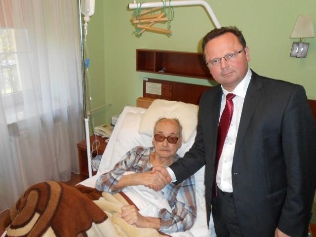 Andrzej Szejna złożył w piątek wizytę generałowi Wojciechowi Jaruzelskiemu, który przebywa w szpitalu w Busku-Zdroju. Podarował generałowi album zdjęć najpiękniejszych miejsc regionu świętokrzyskiego. To jedyne zdjęcie generała z ostatnich miesięcy.