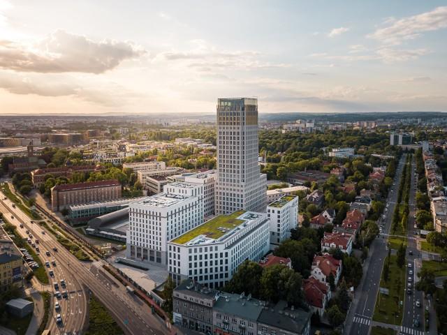 """Zaczynali jako studenci inwestując niewielkie oszczędności w przebudowę strychu. Później zaczęli robić karierę w biznesie i wzięli się za najwyższy budynek Krakowa z kompleksem biurowym za około 100 milionów euro! Architekt Szymon Duda i adwokat Henryk Gaertner stworzyli perfekcyjny biznesowy duet i po dziesiątkach lat odczarowali krakowskiego szkieletora.30 września 2020 zakończyła się budowa kompleksu Unity Centre. W skład tego zespołu biurowców wchodzi Unity Tower, najwyższy budynek w mieście o wysokości 102,5 metra. To oznacza, że era """"szkieletora"""" definitywnie przeszła do historii, która trwała od 1968 r. W tym czasie budynek i ludzie z nim związani przechodzili wiele różnych przygód, niespodziewanych zwrotów akcji. Zacznijmy więc od początku."""