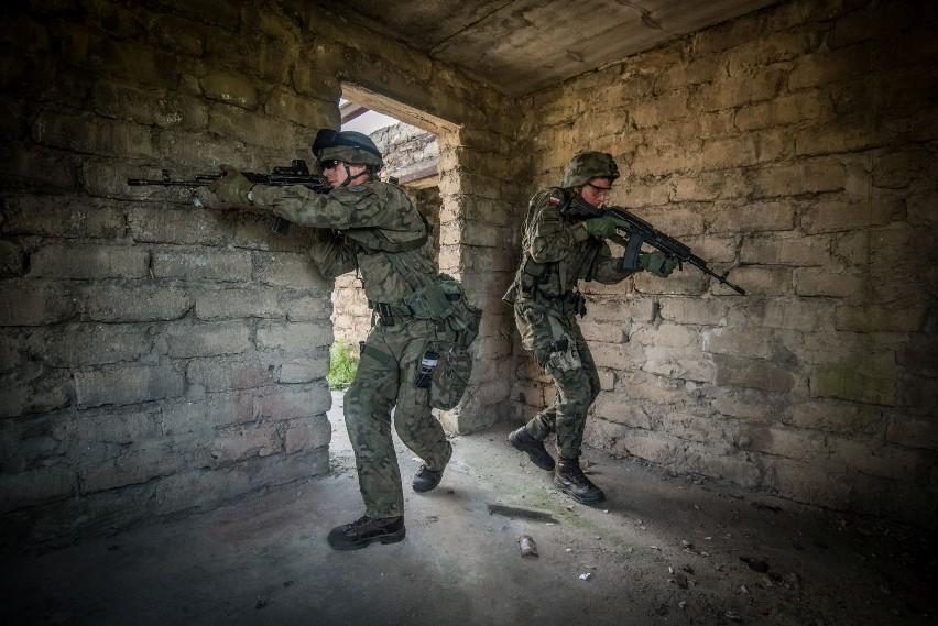 """Niezwykle realistyczne ćwiczenia żołnierzy """"Błękitnej"""". Niczym w miejskiej dżungli. ZDJĘCIA"""