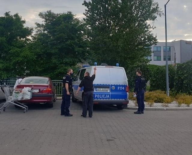 Kilka godzin później policjanci interweniowali także w Lidlu przy al. Piłsudskiego, gdzie w sztok pijany klient chciał wynieść ze sklepu puszkę piwa. Zauważyła go ochrona i zadzwoniła po policję. W trakcie interwencji mężczyzna był rozweselony i pobudzony - dokuczał klientom i droczył się z policjantami. W końcu z wypisanym mandatem za popełnione wykroczenie kradzieży odszedł.