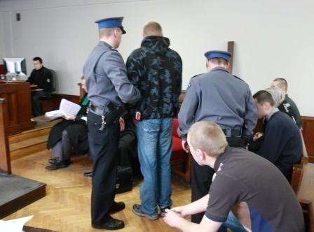 Jeden z oskarżonych został doprowadzony na salę rozpraw z aresztu.