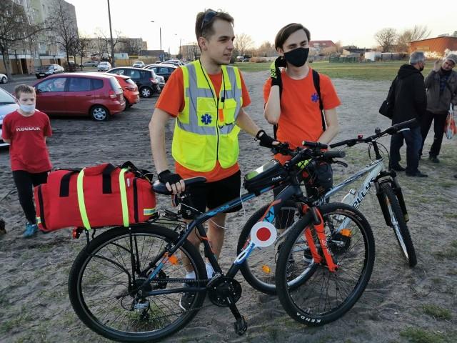 """Konrad Wenganowski, wraz z kolegą, organizuje rowerowe """"medyczne patrole"""" we Włocławku"""