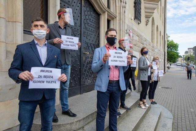 Akt poparcia dla sędziego Igora Tuleyi 6 czerwca pod Sądem Okręgowym w Bydgoszczy