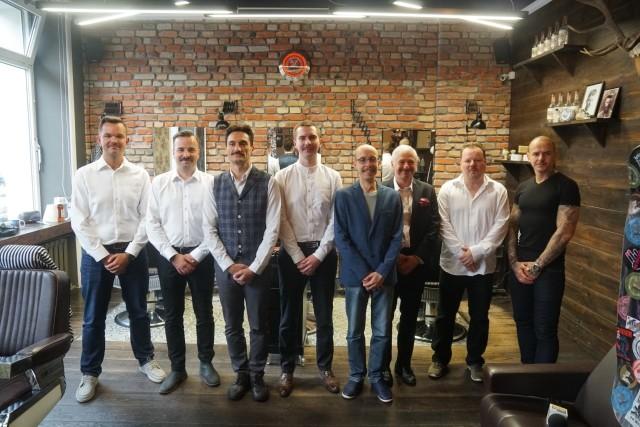 """Wąstopad czy listopad? Od kilkunastu lat w Polsce coraz częściej to jednak wąstopad. Dlaczego? Bo coraz bardziej zadomawia się u nas akcja Movember, czyli miesiąc profilaktyki zdrowotnej mężczyzn. Nazwa kampanii pochodzi od dwóch angielskich słów: """"moustache"""" – wąsy i """"november"""" – listopad. W skrócie – to akcja społeczna, która ma zwrócić uwagę na problem raka prostaty i jądra u mężczyzn. I promować profilaktykę tych nowotworów. Chodzi o to, żeby zwiększyć liczbę wykryć """"męskich nowotworów"""" i to najlepiej we wczesnym ich stadium, kiedy chorobę da się jeszcze wyleczyć. Poza tym – ważne jest, żeby znać historię zachorowań na raka w swojej rodzinie i prowadzić zdrowszy tryb życia."""