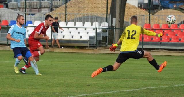 Przemysław Knapik, napastnik Soły (w czerwonej koszulce) w ataku na bramkę Wiernej. W Oświęcimiu, w meczu III ligi piłkarskiej, Soła pokonała Wierną Małogoszcz 4-0.