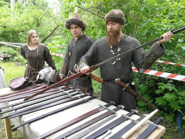 Uczestnicy będą mogli dowiedzieć się jak tworzono średniowieczne ubrania, oręż czy spróbować swoich sił w strzelaniu z łuku