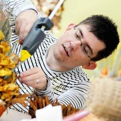 Paweł Majewski, ze zwycięskiej drużyny konkursu na najpiękniejszy bukiet, cieszy się, że kwiatowa koncepcja grupy z Warsztatów Terapii Zajęciowej spodobała się jury