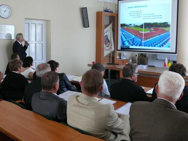 Pod nieobecność prezydenta Andrzeja Szlęzaka o inwestycjach w mieście mówił przewodniczący rady Antoni Kłosowski.