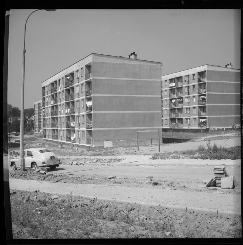 Osiedle Sienkiewicza. Jego budowa rozpoczęła się w drugiej połowie lat 60. XX wieku. Pierwsze bloki oddano w latach 1969-1970