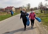 Światowy Dzień Ziemi 2021. Mieszkańcy Zalesia Gorzyckiego posprzątali po śmieciarzach (ZDJĘCIA)