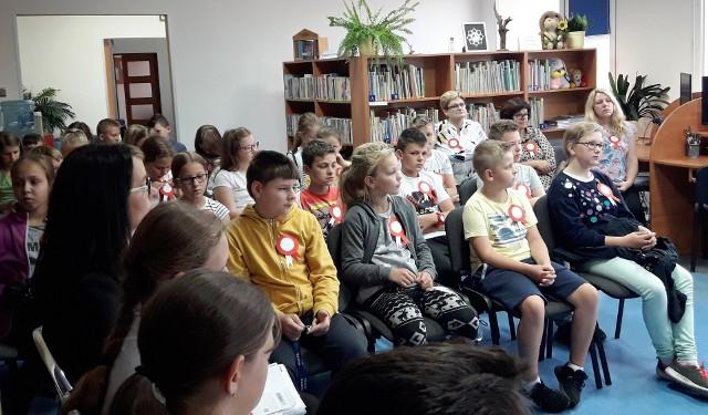Narodowe Czytanie w bibliotece w Myszyńcu i w szkole w Wykrocie