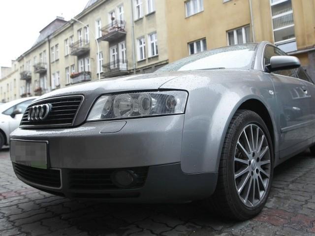 Konrad Kruczek z Rzeszowa stracił emblemat z przedniego grilla. – Nowy w serwisie Audi kosztuje ok. 250 zł. Nie kupuję go, bo to łakomy kąsek dla złodziei, a nie mam zamiaru robić im prezentu – denerwuje się rzeszowianin.