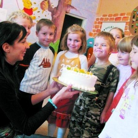 Kulminacyjnym punktem urodzinowego programu jest tort. Jubilaci nie mogli się doczekać, by go skosztować.