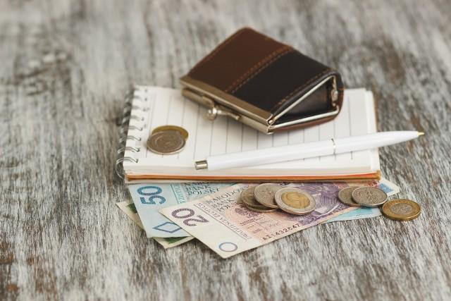 """W przyszłym roku wzrośnie emerytura minimalna, a seniorzy dostaną kolejne """"trzynastki"""". Portfele seniorów zasilą również """"czternastki"""""""